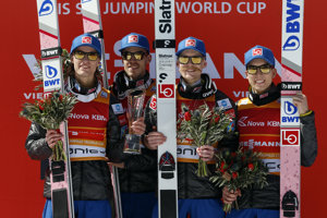 Víťazní členovia nórskeho tímu, zľava Daniel Andre Tande, Andreas Stjernen, Robert Johansson a Johann Andre Forfang.