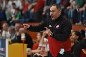 Tréner hádzanárok Dušan Poloz rozdáva pokyny svojim zverenkyniam.