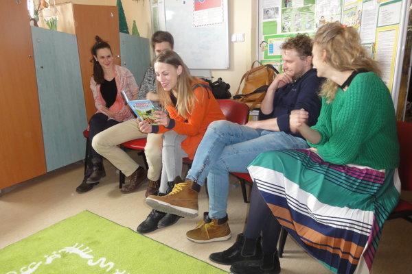 Deťom idospelým vo Fakultnej nemocnici čítali (zľava) Anna Rakovská, Juraj Ďuriš, Barbora Andrešičová, Marián Viskup aAndrea Sabová.