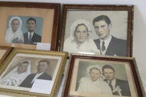 Výstava dobových svadobných fotografií.