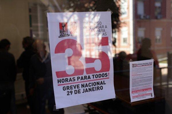 """Plagát so sloganom """"35 hodín pre každého"""" prilepený na okne lisabonskej nemocnice."""