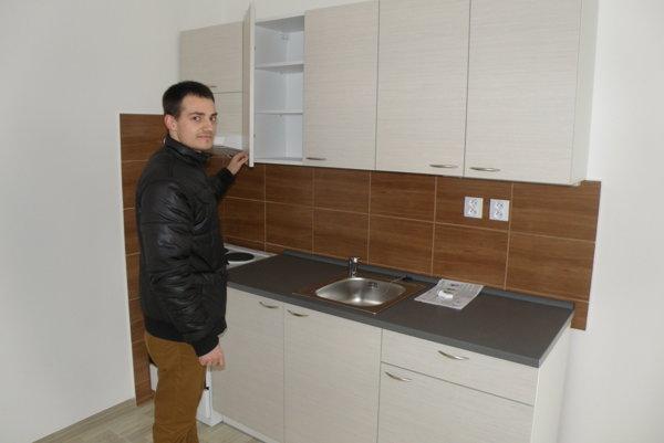 Ľudovít Kasala sa teší z nového nájomného dvojizbového bytu.