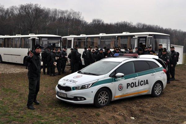 Desiatky policajtov prehľadávali dnes dopoludnia lesný porast na okraji obce Veľká Mača, kde pred viac ako mesiacom zatiaľ neznámy páchateľ úkladným spôsobom zavraždil novinára Jána Kuciaka a jeho snúbenicu Martinu Kušnírovú.