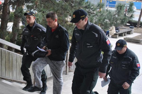 Ľubomíra priviedla na súd trojčlenná policajná eskorta.