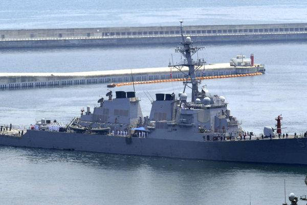 Americký torpédoborec USS Curtis Wilbur manévruje v Juhočínskom mori.
