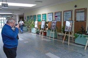 Skutok sa deje. Vo vestibule humenského gymnázia je nainštalovaná výstava kresleného humoru.