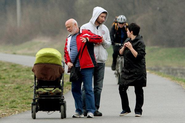 Obyvatelia mestám väčšinou ubúdajú, lebo sa rodí menej detí a ľudia odchádzajú za prácou.