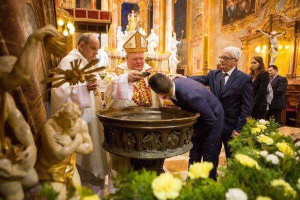 Súčasťou liturgie svetla,  slávenia Eucharistie a obradu vzkriesenia počas Bielej soboty,  bývajú krsty. Túto sobotu pokrstí biskup Viliam Judák v katedrále deväť dospelých