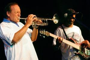 Laco Déczi vydal pod svojím menom vyše 40 albumov, asi na stovke ďalších hral ako trubkár.