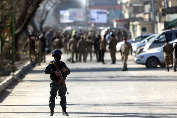 Afganské ozbrojené zložky na mieste výbuchu.