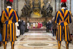 Pápežská švajčiarska garda je čosi ako vatikánska armáda. Na obeh peňazí však vplyv nemá.