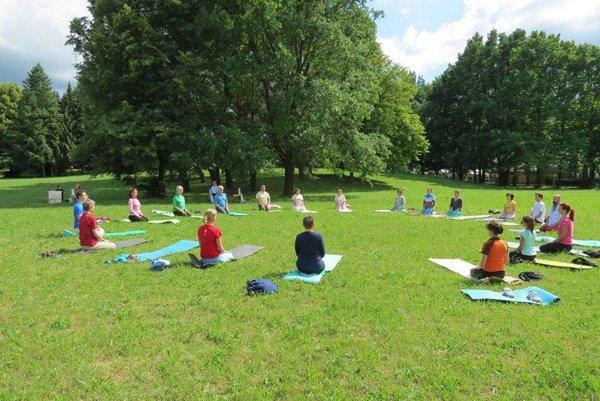 Cvičenie jogy v parku.