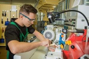 Najžiadanejší sú absolventi odborov mechanik nastavovač, programátor obrábacích azváracích strojov azariadení amechanik mechatronik.