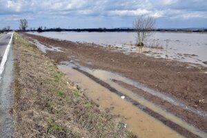 Zemplínske rieky sa počas víkendu vyliali na polia. Hladiny už väčšinou opadli.
