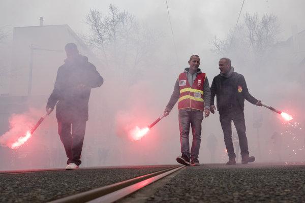 Zamestnanci železníc so svetlicami.