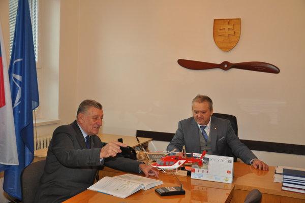 Dušan Neštrák (vľavo) s dekanom Stanislavom Szabom patria k odborníkom na vyšetrovanie leteckých nehôd.