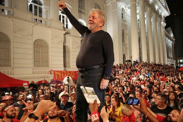 Bývalý prezident Luiz Inácio Lula da Silva so svojimi prívržencami v uliciach Sao Paula.