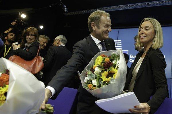 Donald Tusk, prezident EÚ, a Federica Mogheriniová, šéfka európskej diplomacie.