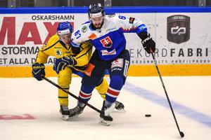 Patrik Svitana v súboji so švédskym protihráčom.