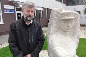 Ján Svítek je autorom busty Štefánika, ktorá je umiestnená na letisku v Janíkovciach.