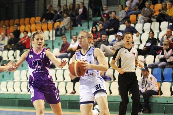 S loptou Nitriana Laura Horvátová, vľavo Michaela Grigerová.