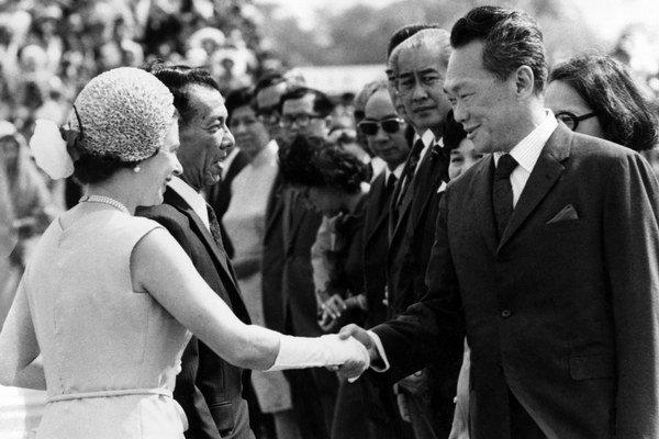 Vo februári 1972 s kráľovnou Alžbetou II., ktorá navštívila Singapore.