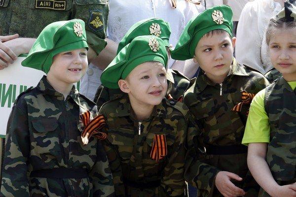 Deti v uniformách na vojenskej prehliadke v Rostove na Done.
