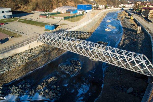 Okolo obidvoch brehov rieky v Širšom centre mesta postavili vodohospodári a mesto vysoký betónový múr. (Zdroj: CHELLOPHOTO)