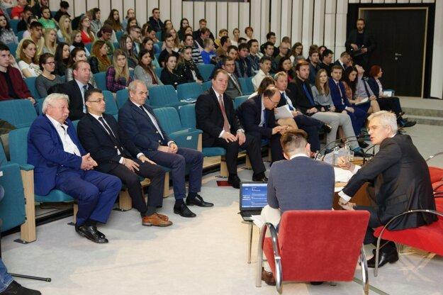Konventu sa zúčastnil aj banskobystrický župan Ján Lunter, vpravo od neho sedí rektor univerzity Rudolf Kropil.