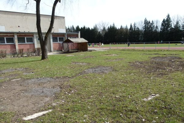 Staré drevené workoutové ihrisko už z miesta odstránili. Nahradí ho nové z kovu.