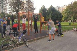 Cvičenie na otvorenom priestranstve na sídlisku v Žiline.