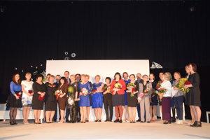 Spoločná snímka ocenených učiteľov azástupcov samospráv zKrásna nad Kysucou, Dunajova, Zborova nad Bystricou, Oščadnice, Klubiny aSvrčinovca.