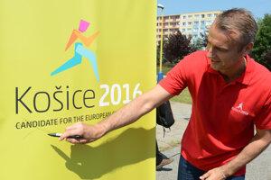 8. jún 2015. Na snímke vpravo primátor Košíc Richard Raši škrtá na loge  Európskeho mesta športu nápis kandidát.