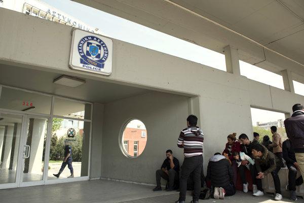 Utečenci čakajú pred policajnou stanicou v Solúne.