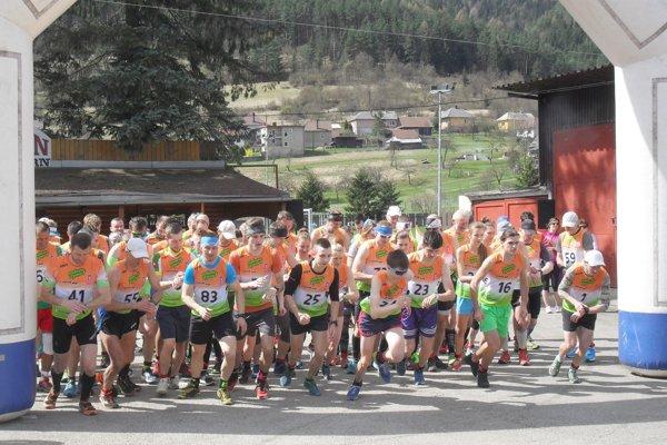 Ku krížu, ktorý je umiestnený na kopci Plieška, bežali účastníci hlavnej kategórie vporiadnom teple. Vcieli narátali organizátori až 75 pretekárov.