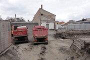 Stavba v centre Nitry je na mieste, kde desiatky rokov pôsobila firma vytvárajúca azbest. Veterné počasie vzbudzuje v obyvateľoch z okolia staveniska hrôzu, obávajú sa karcinogénneho prachu.