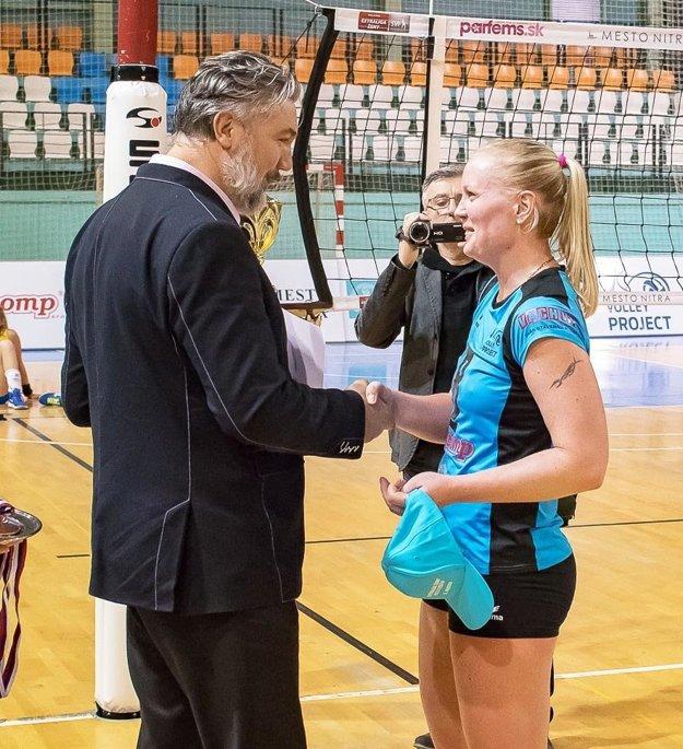 Kapitánke Martine Konečnej blahoželá prezident SVF Martin Kraščenič.