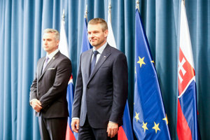Predseda vlády SR a dočasný minister vnútra Peter Pellegrini (vpravo) a prezident Policajného zboru SR Tibor Gašpar počas tlačovej konferencie v priestoroch Úradu vlády.