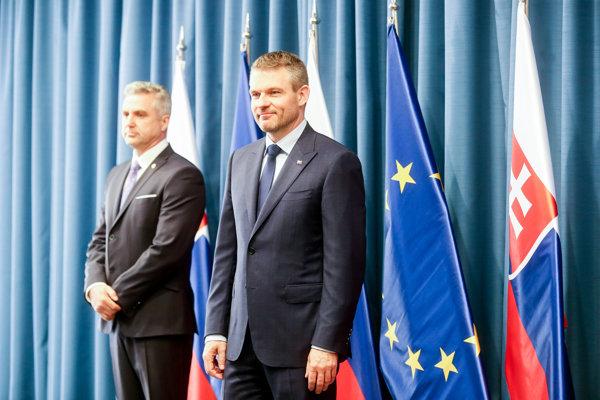Premiér Peter Pellegrini a Tibor Gašpar ako vtedajší prezident Policajného zboru SR na tlačovej konferencii v apríli 2018.