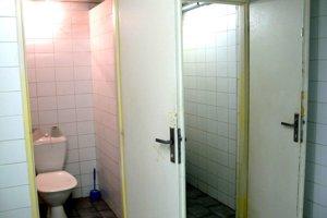 Takto vyzerajú toalety vpodchode. Vnajbližšom čase sa renovovať nebudú.