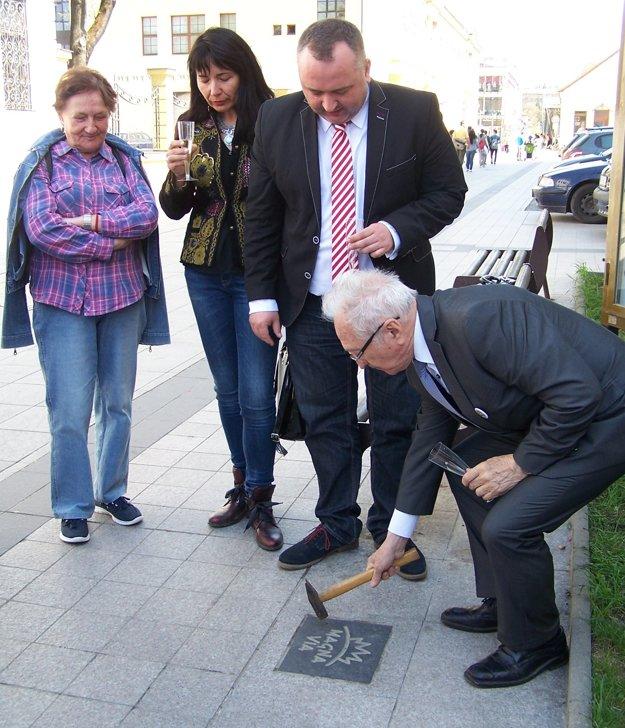 J. Húska poklepáva dlaždicu symbolizujúcu cisársko-kráľovskú poštovú cestu Via Magna v Martine.
