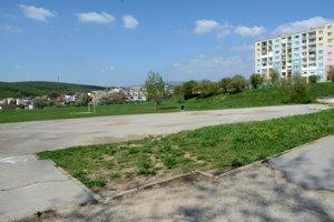 Mestská časť by chcela pri novom ihrisku zo strany Janigovej ulice vybudovať prepotrebné parkovacie miesta. Na zastupiteľstve to nedoriešili.