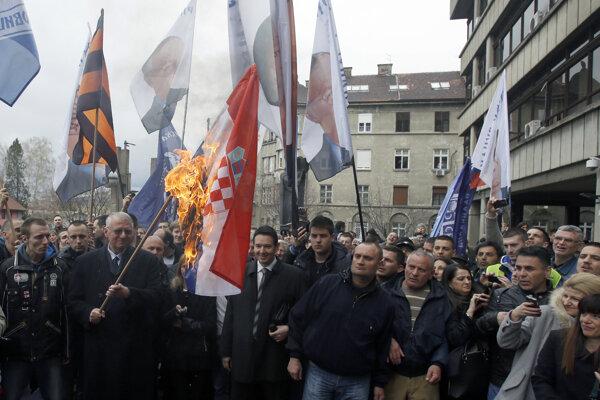 Šešelj pálil chorvátsku vlajku už v roku 2015.