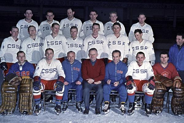 Mužstvo Československa na MS 1965, Jozef Čapla v hornom rade tretí zľava.