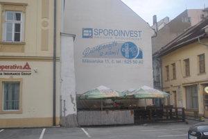 Reklama na nebankovku je ešte aj dnes na fasáde domu na Mäsiarskej ulici, kde pred rokmi sídlila.