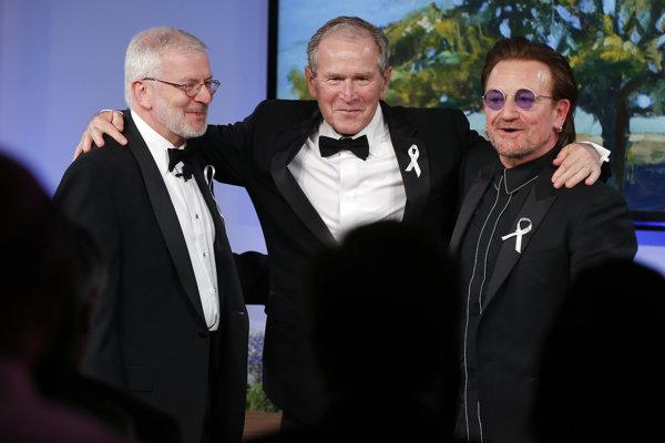 George W. Bush (v strede) s Bonom (vpravo) po udelení medaily.