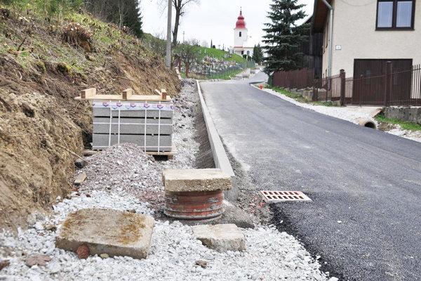 Keby Pribišania dostali peniaze zEurópskej únie, chodník popri ceste by neurobili.