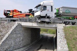 Chýbalo málo a kamión by spadol z mosta.