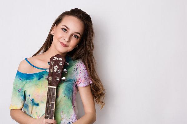 Slávka Tkáčová, speváčka, hudobníčka a autorka.