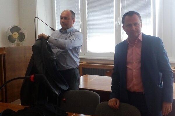 Primátor Peter Paška (vpravo) so svojim obhajcom tesne po pojednávaní.